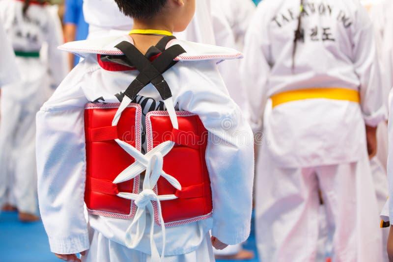 Atleta de Taekwondo no uniforme branco com armadura fotografia de stock