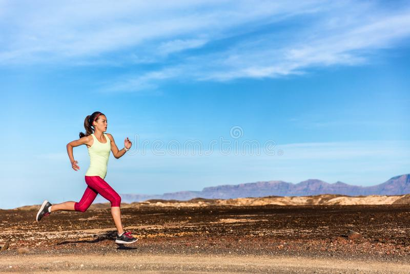 Atleta del corredor del rastro que corre en montañas de la naturaleza imágenes de archivo libres de regalías