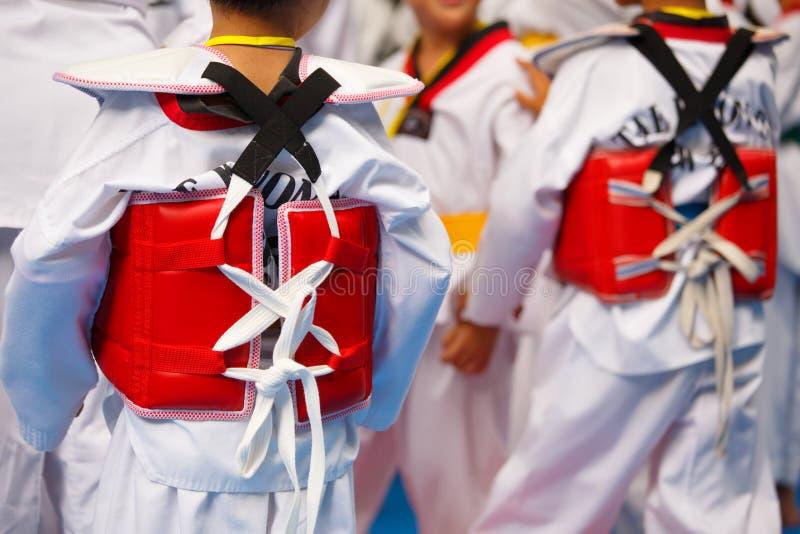 Atleta del Taekwondo en uniforme del blanco con la armadura fotos de archivo libres de regalías