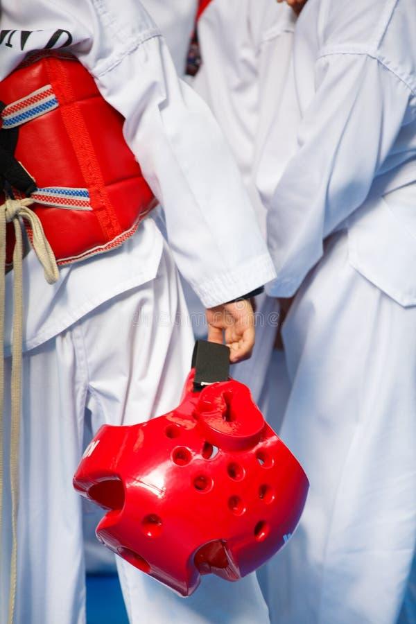 Atleta del Taekwondo en uniforme del blanco con la armadura y el casco fotos de archivo libres de regalías