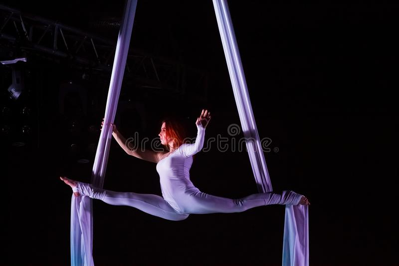 Atleta della ragazza che esegue yoga della mosca, partito di giorno del ` s del biglietto di S. Valentino della st, Vinnytsia, 14 immagine stock