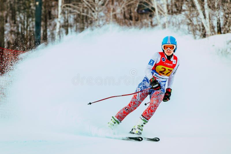 Atleta della ragazza dopo lo spruzzo di rivestimento di neve durante la tazza russa nello sci alpino fotografie stock