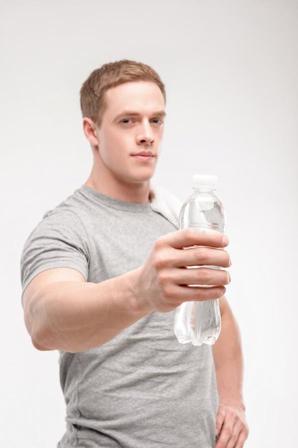 Download Atleta Después Del Entrenamiento Con Una Botella De Agua Foto de archivo - Imagen de líquido, feliz: 41910864