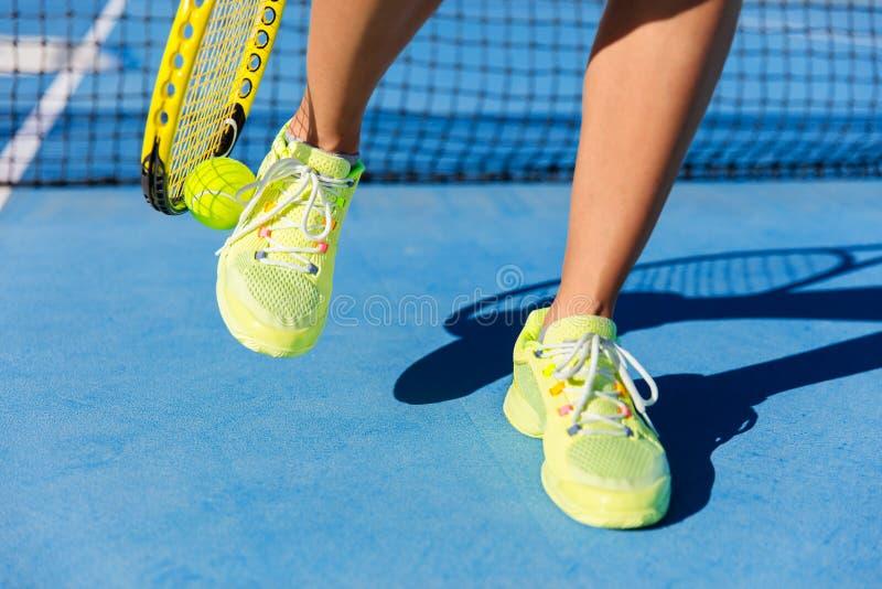Atleta di sport che prende palla con la racchetta di tennis immagine stock