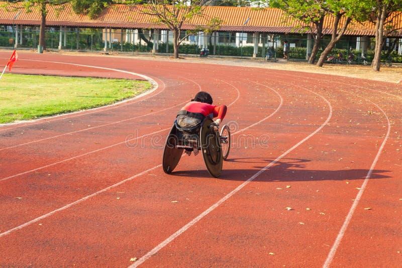 Atleta discapacitado en una silla de ruedas del deporte imagen de archivo libre de regalías