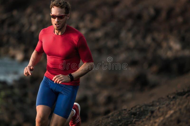 Atleta do esporte do homem do corredor da aptidão que corre ultra do treinamento resistente da competição da raça da fuga da lama imagem de stock royalty free