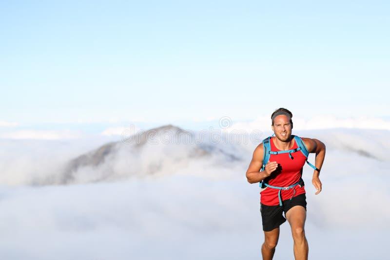 Atleta do homem do corredor da fuga que corre nas montanhas imagens de stock royalty free