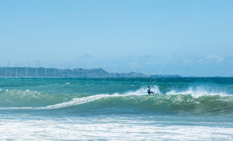 Atleta do surfista do papagaio na onda grande do mar Esportes extremos imagem de stock