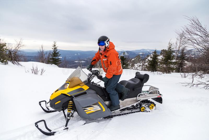 Atleta em um carro de neve imagens de stock