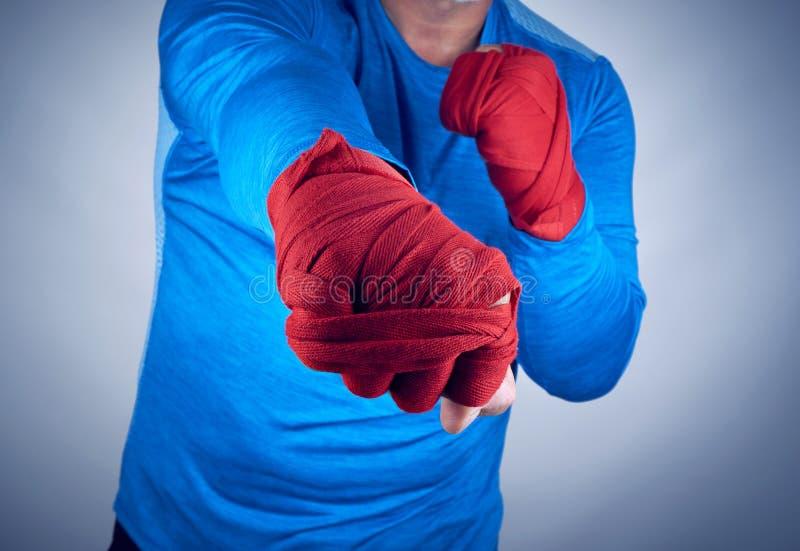 atleta em um vestido azul que está em uma posição agressiva do esporte do combate fotografia de stock