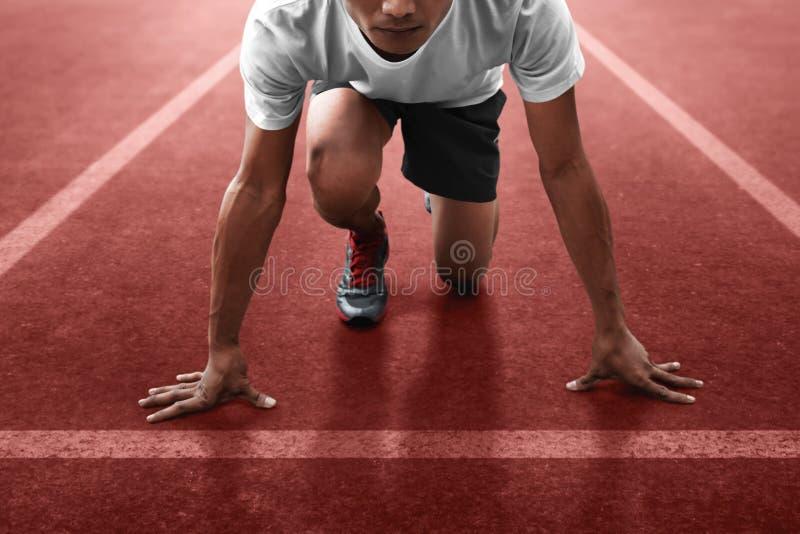 Atleta en la posición de salida lista al funcionamiento imagenes de archivo