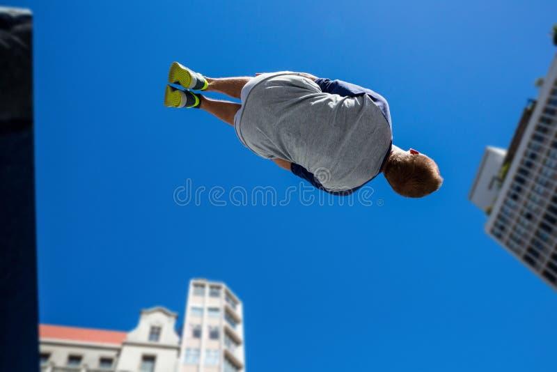 Atleta extremo que salta en el aire fotografía de archivo