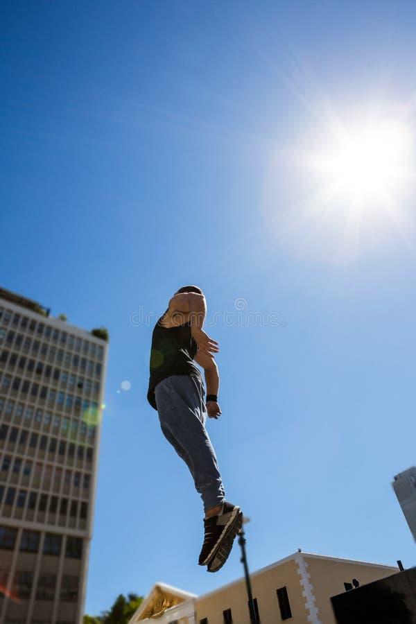 Atleta extremo que salta no ar foto de stock royalty free