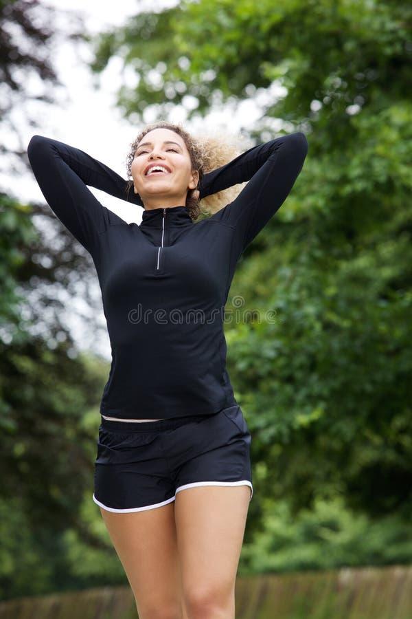 Atleta fêmea bonito com mãos atrás da cabeça fotografia de stock