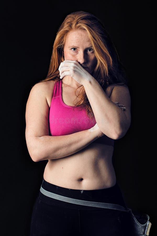 Atleta fêmea Corajoso escuro da mulher dos esportes Escalada da força & da determinação foto de stock