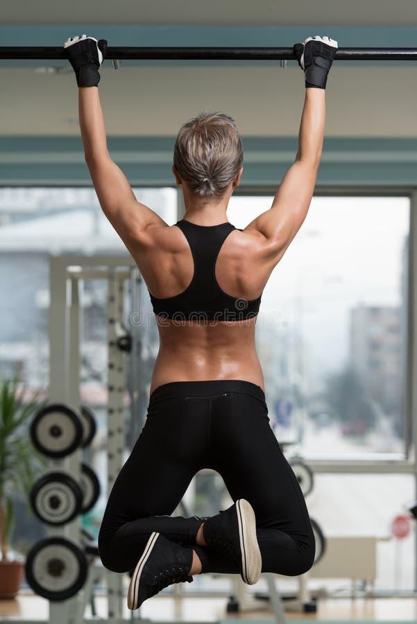 Atleta fêmea Doing Pull Ups fotos de stock royalty free