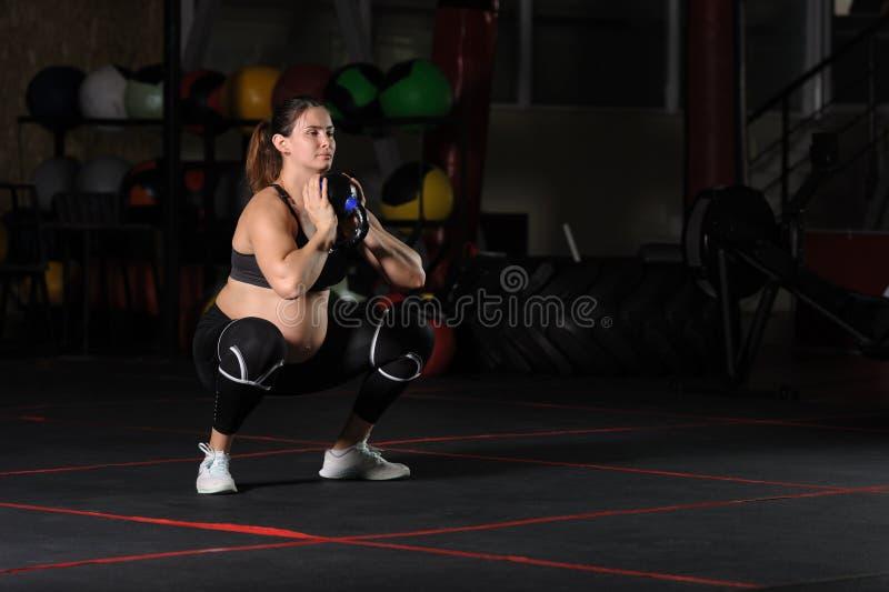 Atleta fêmea grávido que faz ocupas do cálice fotos de stock royalty free
