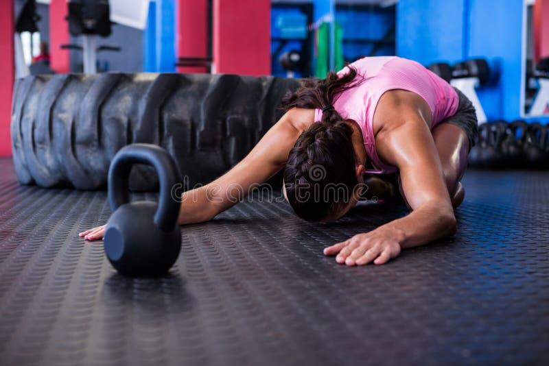 Atleta fêmea que exercita no gym foto de stock royalty free