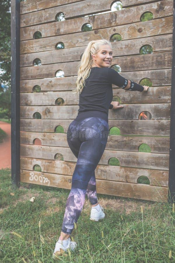 Atleta fêmea que faz esticando o exercício foto de stock royalty free