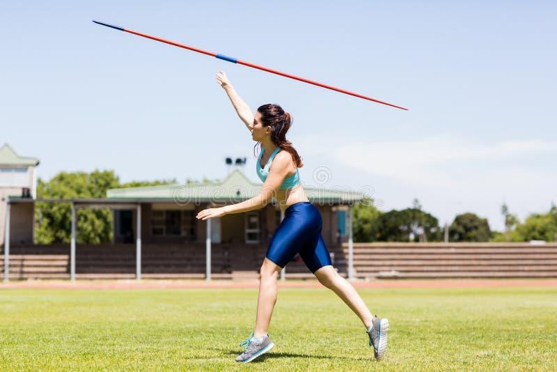 Atleta fêmea Throwing um dardo fotos de stock royalty free