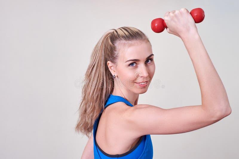 Atleta femminile che fa esercizio con la testa di legno Concetto di cura del corpo e di salute fotografia stock