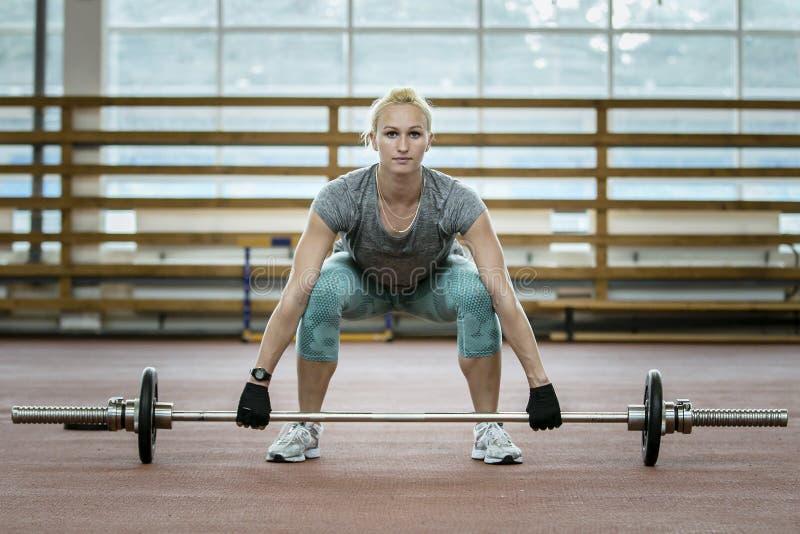 Atleta femminile che fa il deadlift di esercizio fotografia stock libera da diritti