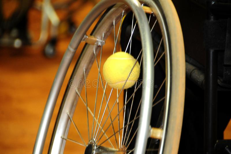 Atleta fisicamente disabile che gioca a tennis in sedia a rotelle fotografie stock