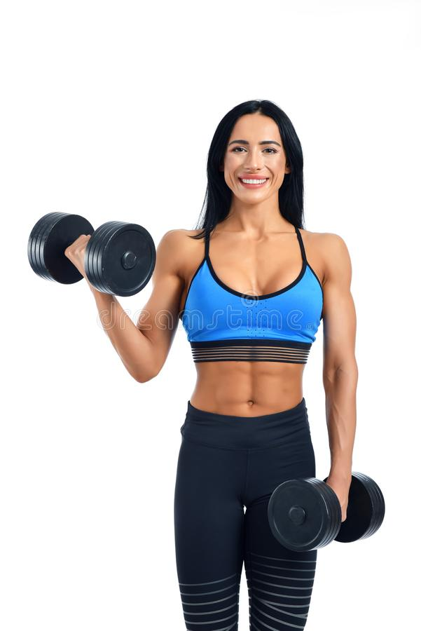 Atleta fuerte que lleva a cabo pesas de gimnasia y que demuestra poder imágenes de archivo libres de regalías