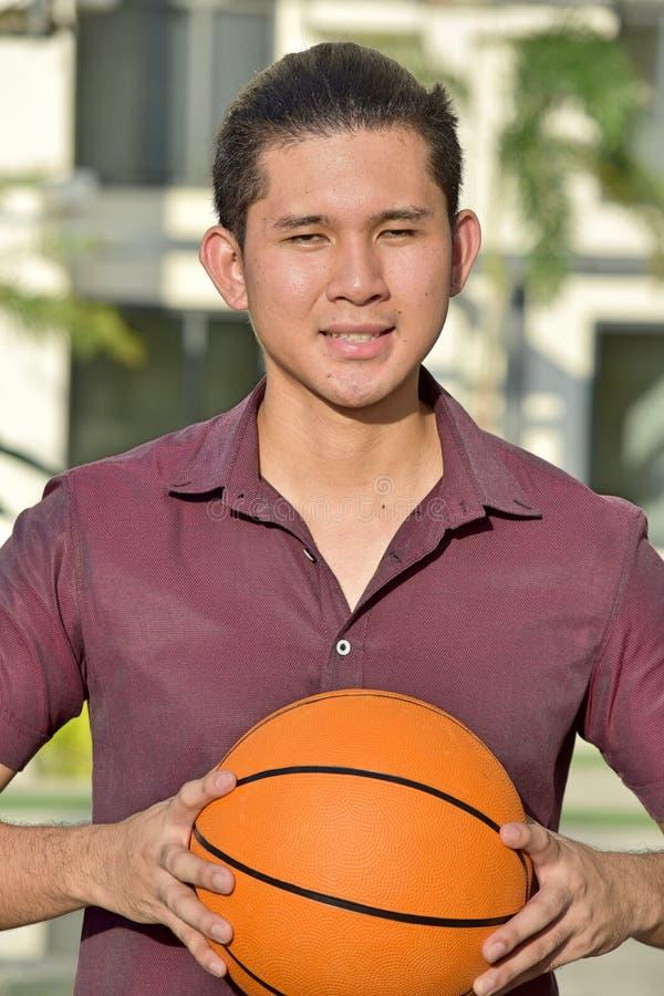 Atleta gracza koszykówkiego Mniejszościowy Męski ono Uśmiecha się fotografia royalty free
