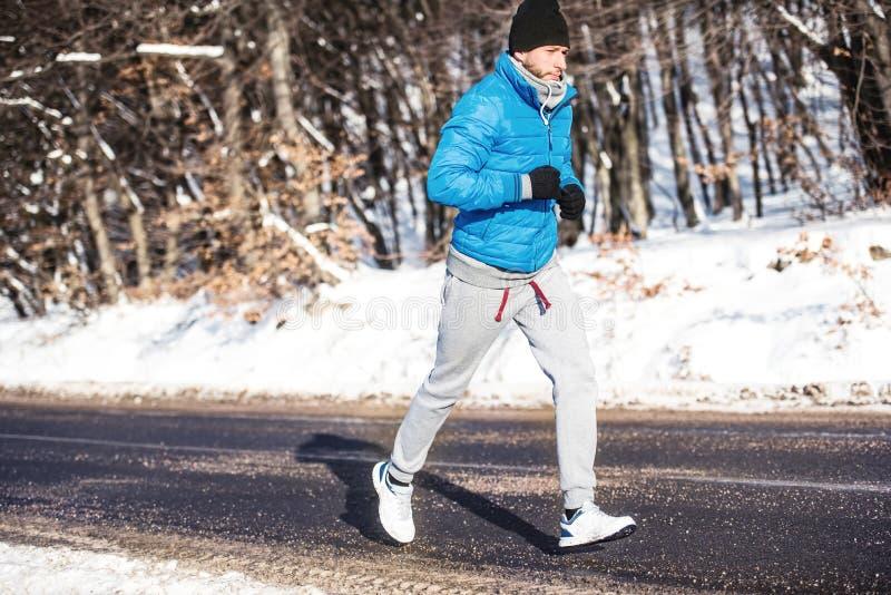 Atleta iść dla bieg plenerowego w śniegu i jogging, akceptowany szkolenie fotografia stock