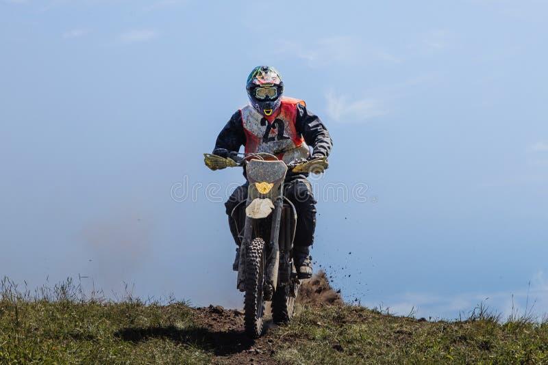 Atleta jeździec na górze góry obraz royalty free