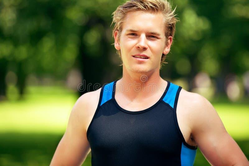 Atleta joven atractivo en el parque imagenes de archivo