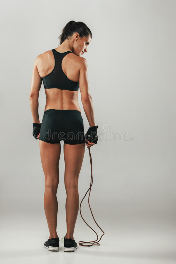 Atleta joven sano apto con una cuerda que salta imagen de archivo