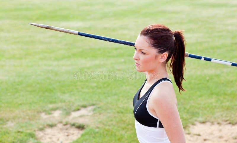 atleta koncentrujący żeńska darda przygotowywający rzut obraz royalty free