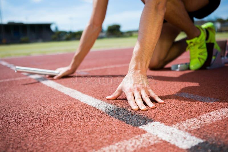 Atleta listo para comenzar la raza de retransmisión fotografía de archivo libre de regalías