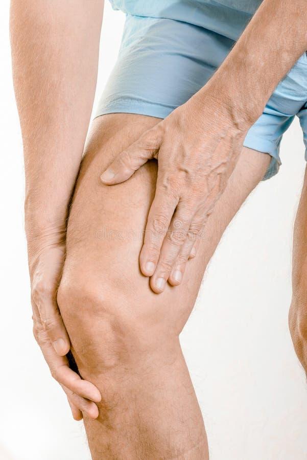 Atleta mężczyzna uczucia ból quadriceps kolano i fotografia stock