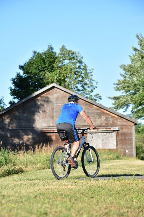Atleta Male Cyclist Working que usa el ciclo del casco imágenes de archivo libres de regalías