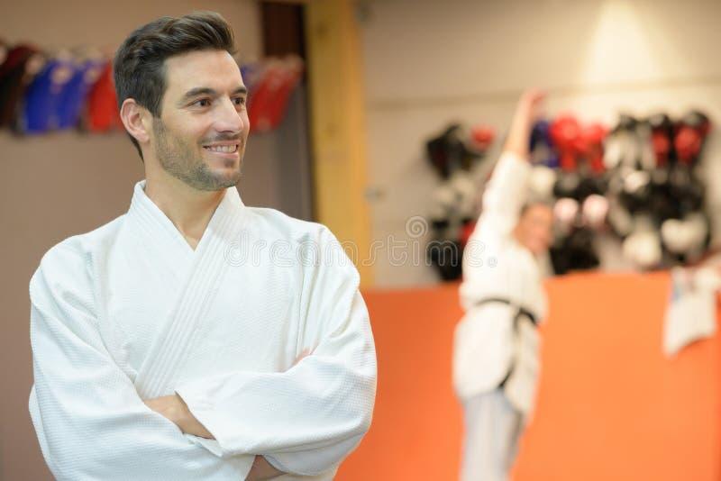 Atleta maschio che posa in kimono fotografia stock