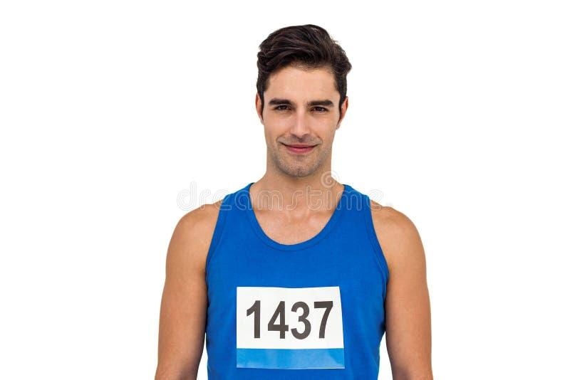 Atleta maschio che sta sul fondo bianco fotografia stock libera da diritti