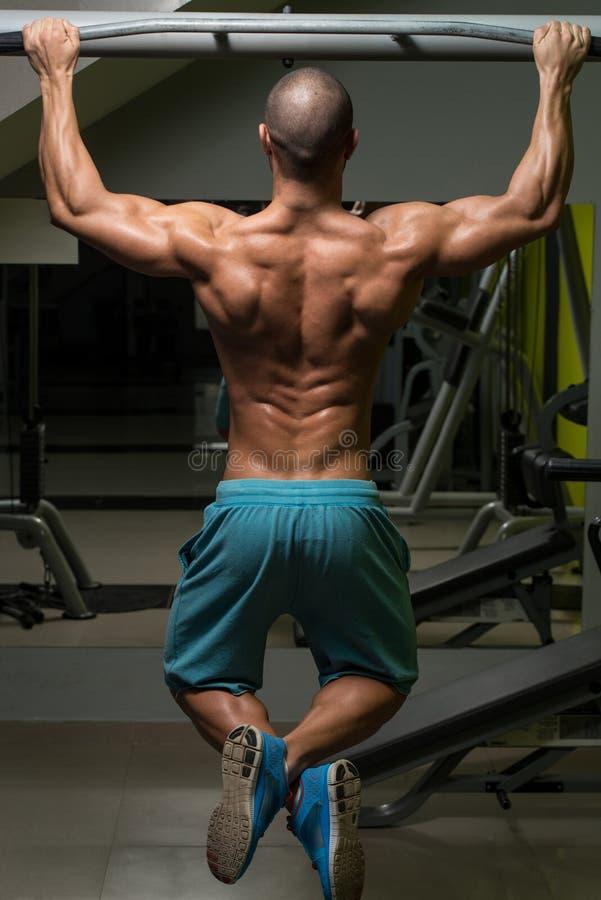 Download Atleta Maschio Doing Pull Ups Immagine Stock - Immagine di corpo, mento: 55355093