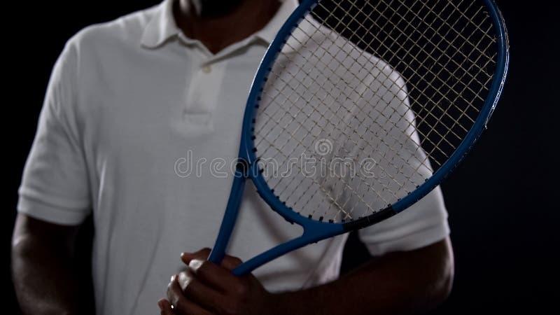 Atleta masculino considerável com a raquete de tênis que levanta para a câmera, estilo de vida ativo fotos de stock