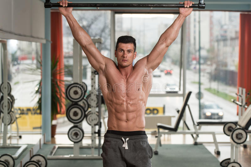 Atleta masculino Doing Pull Ups imagens de stock