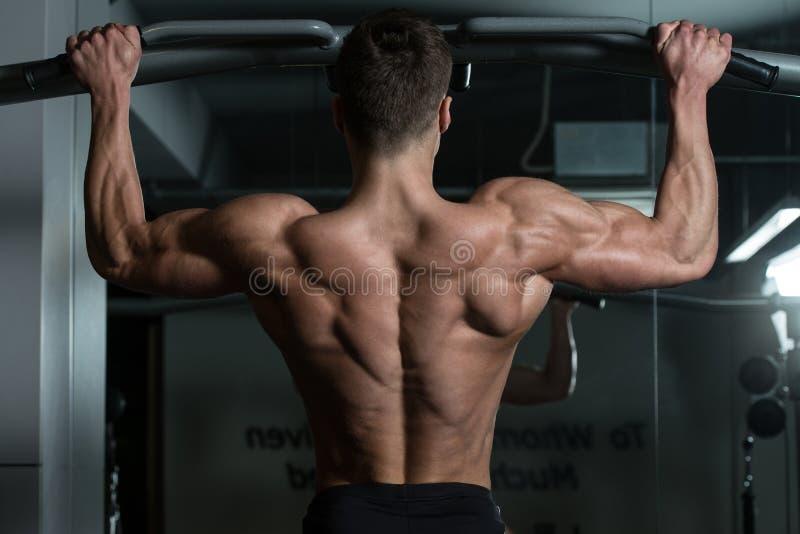 Atleta masculino Doing Pull Ups fotos de stock