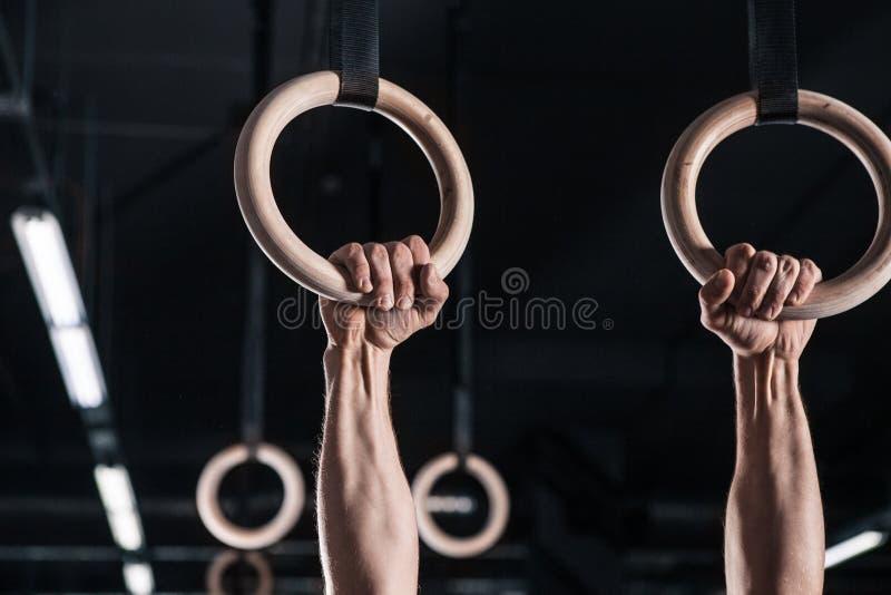 Atleta masculino novo With Gymnastic Rings no Gym foto de stock royalty free