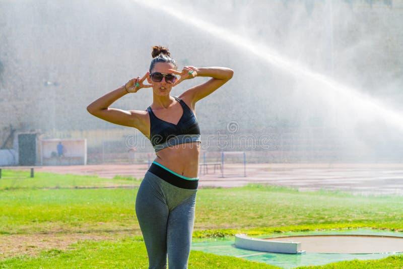 Atleta moreno novo nos esportes exteriores locais públicos que treina o estádio fotografia de stock royalty free