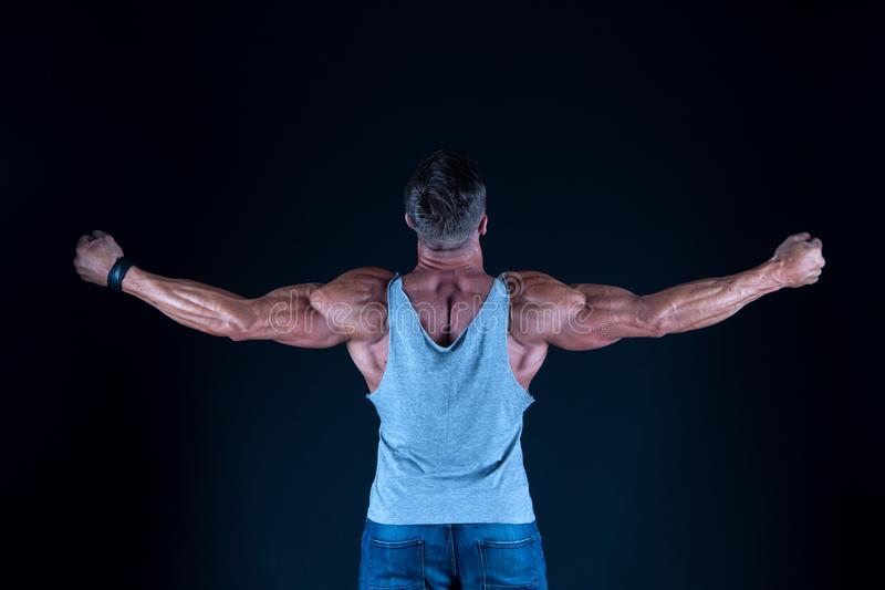 Atleta muscolare dell'uomo Fiero di forma eccellente Sano e forte Concetto del culturista Mascolinit? e sport migliori fotografia stock