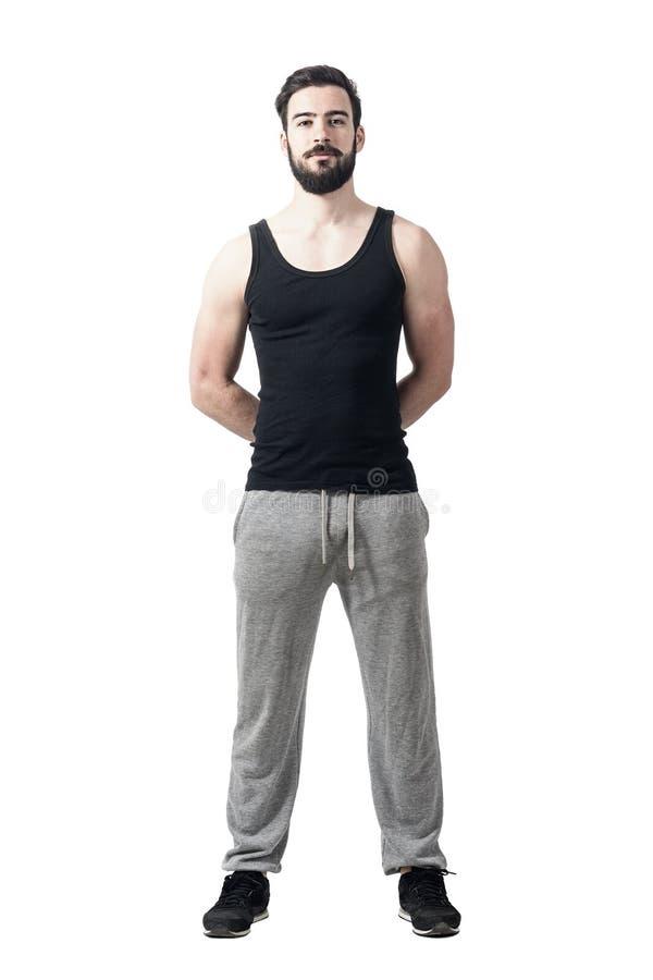 Atleta muscular hermoso con las manos detrás en de la cámara de mirada trasera foto de archivo libre de regalías