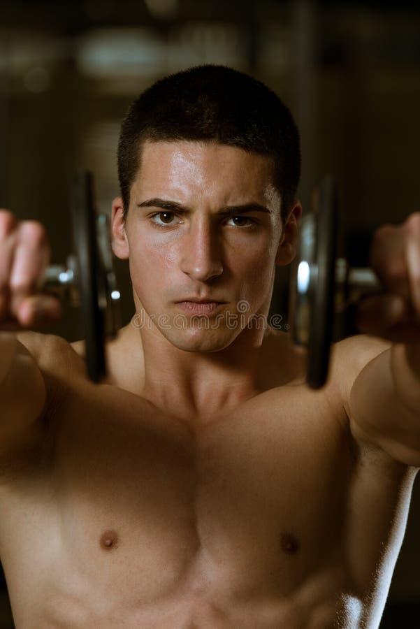 Atleta novo Exercise Power Boxing com pesos foto de stock royalty free