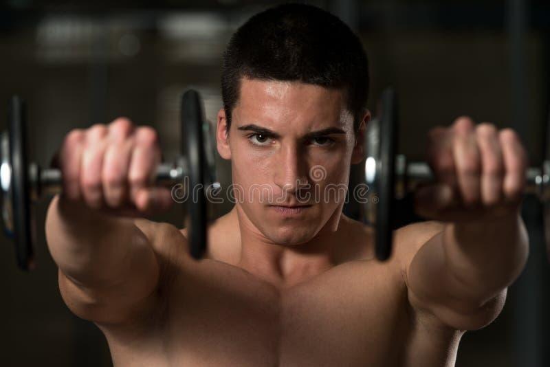 Atleta novo Exercise Power Boxing com pesos foto de stock