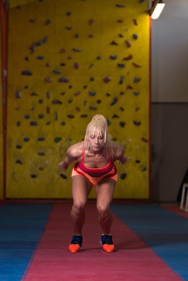 Atleta Performing um salto longo no Gym fotos de stock
